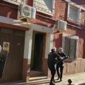 Policías entrando en la vivienda