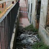 Parte de un tejado se desploma sobre la acera y calzada en Luarca.