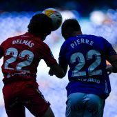 Pierre Cornud, defensa del Oviedo, disputa un balón con Delmás.