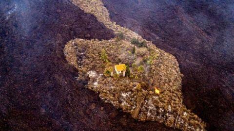 La imagen inédita de una casa rodeada de la lava del volcán de La Palma