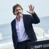 El actor Javier Bardem saluda a los fotógrafos en el photocall del Festival de San Sebastián