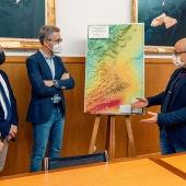 El conseller Arcadi España atiende las explicaciones de los expertos