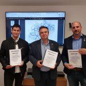 Representantes del movimiento ciudadano y del Colegio Oficial del Ingenieros en Telecomunicaciones de Aragón durante la presentación del estudio