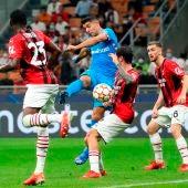 Luis Suárez remata un balón hacia la portería del Milan