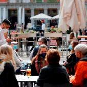 Varias personas sentadas en una terraza de la madrileña Plaza Mayor