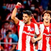 Los jugadores del Atlético de Madrid Luis Suárez y Joao Felix celebran el segundo gol ante el FC Barcelona,