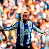 El centrocampista del Espanyol Aleix Vidal celebra con sus compañeros el gol conseguido ante el Real Madrid