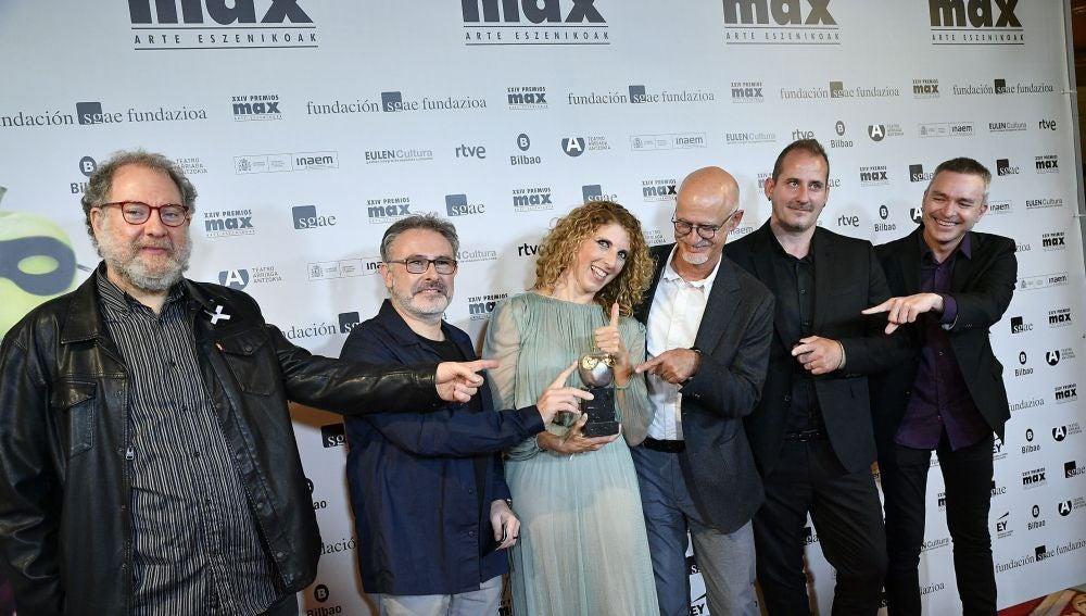 Integrantes del equipo de 'La mort i la donzella' con el Premio Max al Mejor Espectáculo de Danza.