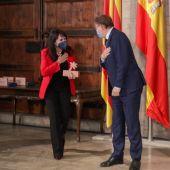 Julia Parra recibe el Galardón de manos del President, Ximo Puig