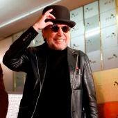 El cantante Joaquín Sabina bromea con su bombín durante el acto en el Instituto Cervantes