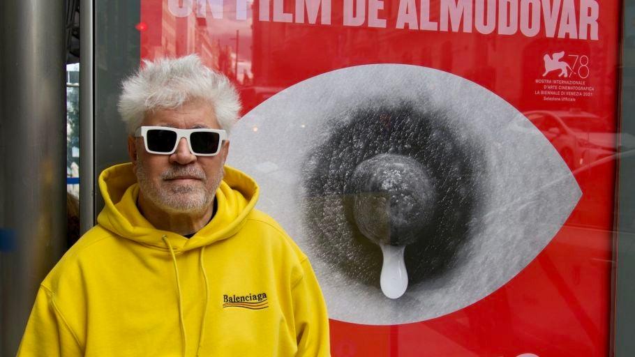 Pedro Almodóvar posa junto a uno de los carteles promocionales de 'Madres paralelas'