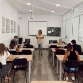 Alumnos asisten a una clase en una autoescuela de Elche.
