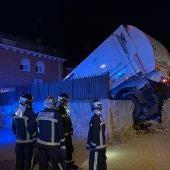 Las impactantes imágenes de un camión de basura impactando contra un chalet en Parla