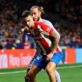 Mario Hermoso en una acción ante el Barcelona