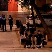 Agentes de policía patrullan las calles de Madrid para prevenir los botellones