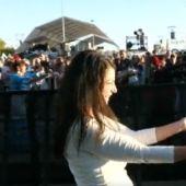 Olona se anima a bailar 'La Macarena' en el evento de Vox