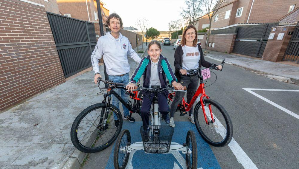 Alfredo, Eva y Olivia, la familia que monta en bici para visibilizar la enfermedad que padece la niña