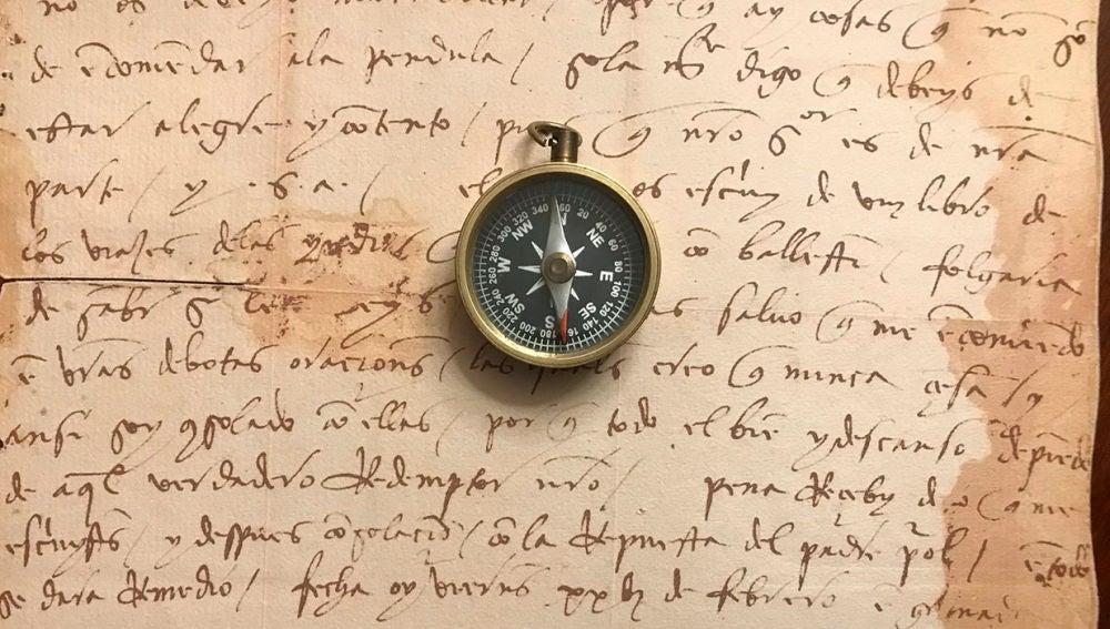 Una brújula sobre una carta de Colón