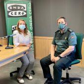 El Coronel Antonio Orantos posa junto a Elka Dimitrova en los estudios de Onda Cero Mallorca