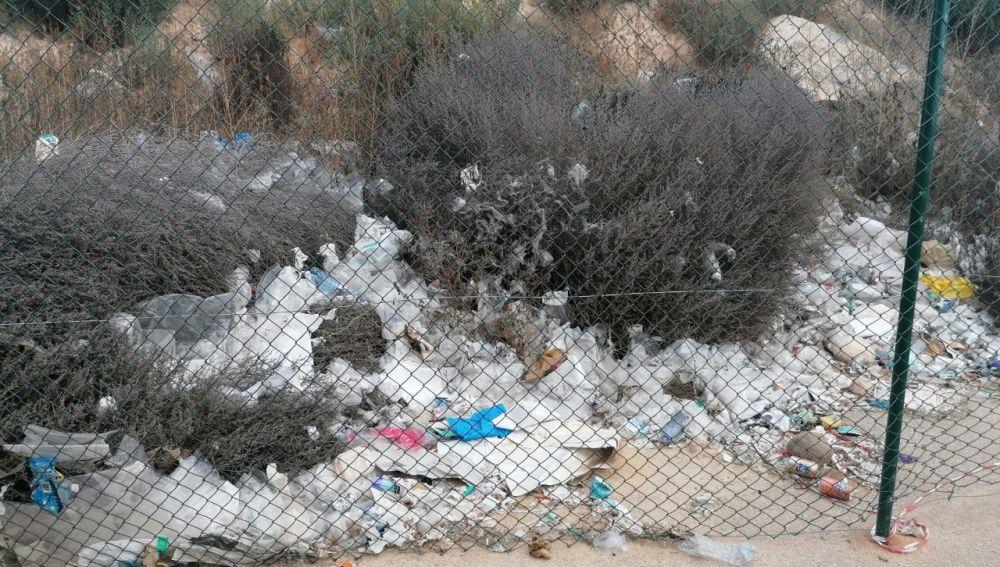 Suciedad en el entorno del estadio de fútbol de Elche.