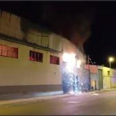 Arde una nave industrial que albergaba un taller de calzado en el Polígono de San Juan