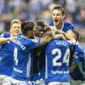 Los jugadores del Real Oviedo festejan el gol ante el Sporting