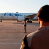 Llega a Torrejón el primer vuelo con más de 80 colaboradores afganos y sus familias