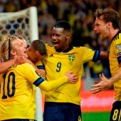 Los jugadores de Suecia celebran uno de los goles marcados a Grecia