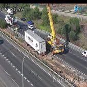 Camión volcado en la carretera de Alcudia a Palma, que ha provocado el cierre de la autovía.
