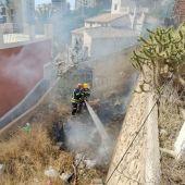 Sofocan un fuego declarado en una parcela con vegetación en La Vila Joiosa