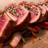 Imagen de la carne roja menorquina cocinada.