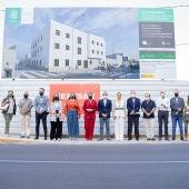 Patricia Cavada e invitados en el solar donde se edificará este bloque de viviendas.