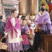 Los oferentes han dejado los alimentos ante la Virgen del Pilar