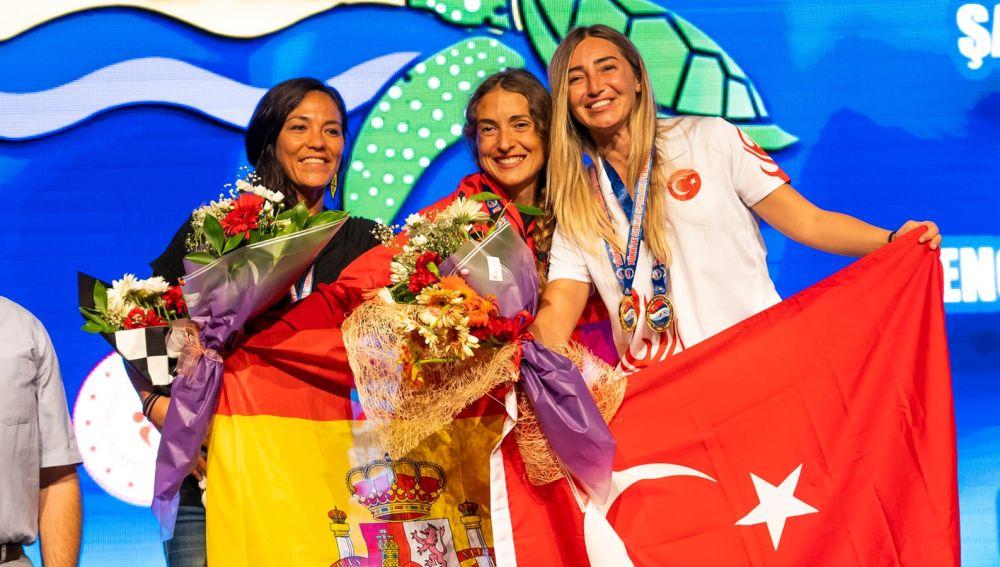 Isabel Sánchez-Arán, en el centro, junto a la estadounidense Enchante Gallardo y la turca Sahika Ercumen.
