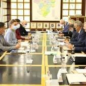 Los representantes del Gobierno y la Universidad, durante la reunión de la Comisión Mixta
