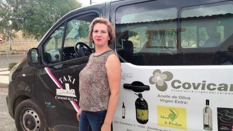 María Rocío Amores junto a su taxi