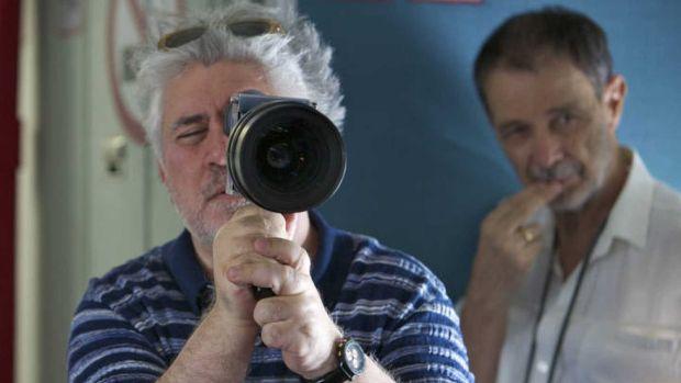 El director de fotografía José Luis Alcaine observa una escena detrás de Pedro Almodóvar