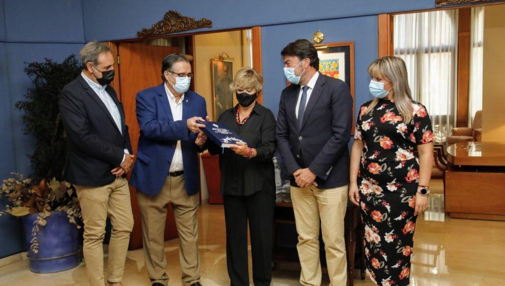 Antonia Moreno recibe la documentación en la 'Casa de las Brujas' sede del Consell en Alicante
