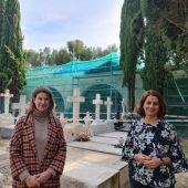 La concejal responsable del cementerio, Ana Oliván, y la alcaldesa de Teruel, Emma Buj
