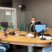 El secretario general de Satse Baleares, Jorge Tera, acompaña a Elka Dimitrova y a Paco Muñoz en Onda Cero Mallorca.