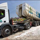 Camión en una planta de residuos
