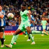 Iñaki Williams disputa un balón con Sergi Gómez durante el Espanyol-Athletic